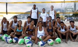 Jackie com alunos do seu projeto de vôlei de praia que a fez ser premiada pela Unesco - Gustavo Stephan